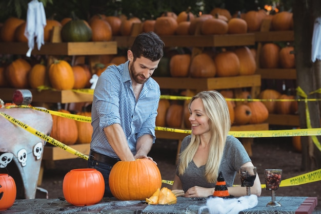 Para przygotowuje halloween