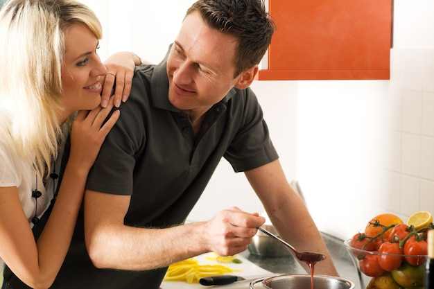 Para przygotowuje jedzenie razem