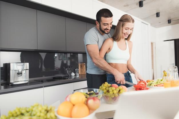 Para przygotowuje sałatkę na śniadanie.