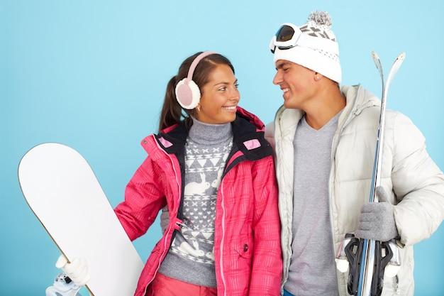 Para przygotowuje się do cieszyć się śniegiem