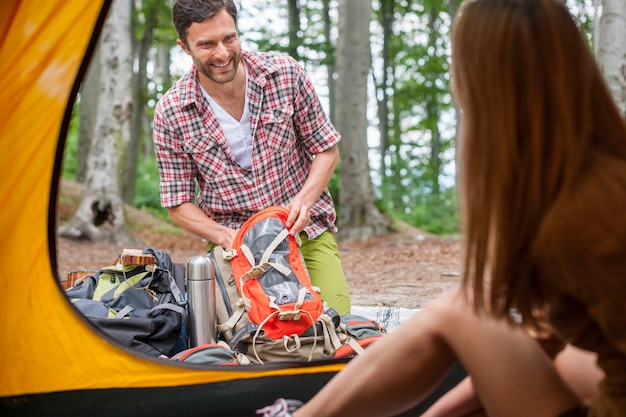 Para przygotowuje sprzęt do obozu w lesie