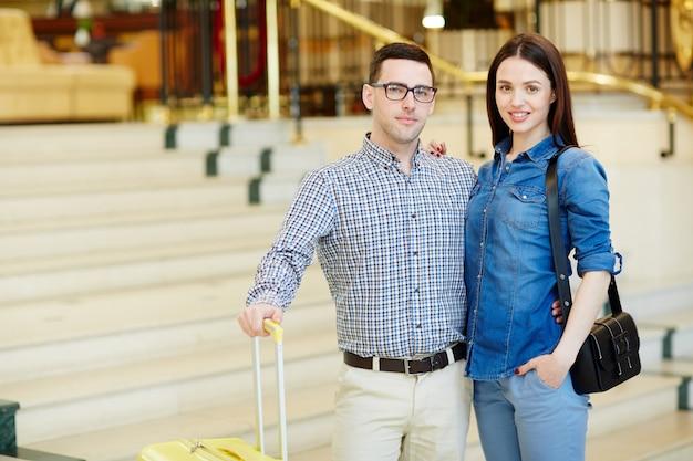Para przyjeżdża hotel