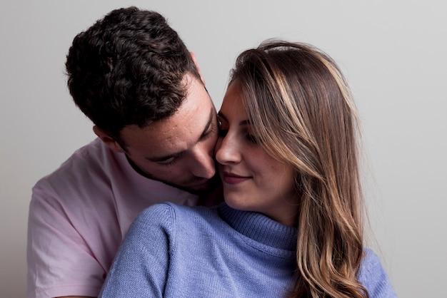 Para przytulanie i obejmując się
