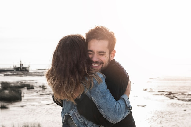 Para przytulanie na brzegu morza