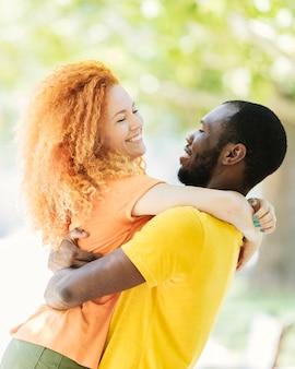 Para przytulanie siebie w parku