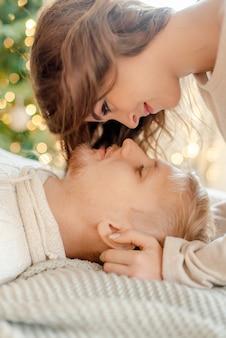 Para przytulanie w domu w wigilię bożego narodzenia
