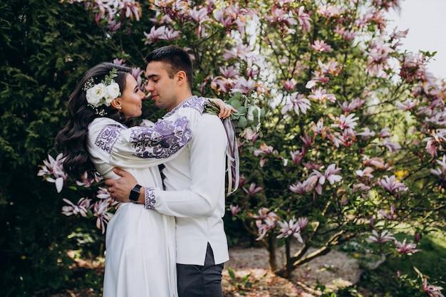 Para przytulanie w lesie
