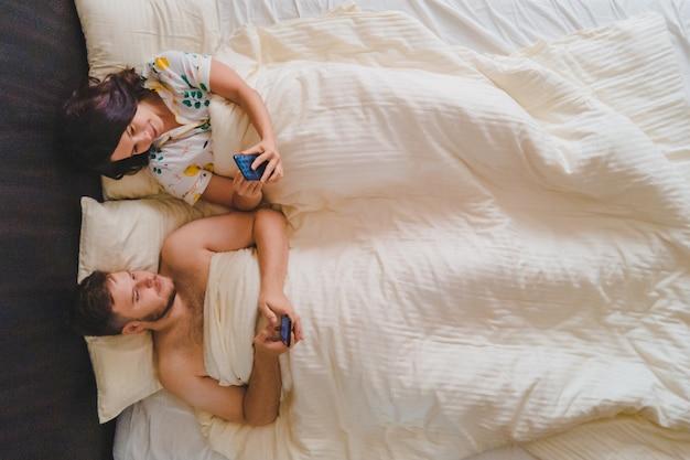 Para r. w łóżku surfowanie po internecie na telefony nowoczesne uzależnienie. zobacz bezpośrednio powyżej