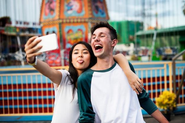 Para randki relaks miłość park rozrywki koncepcja