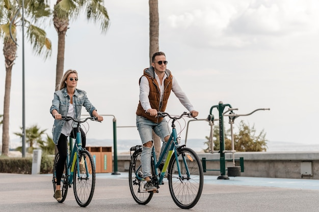 Para razem jeżdżąca na rowerach