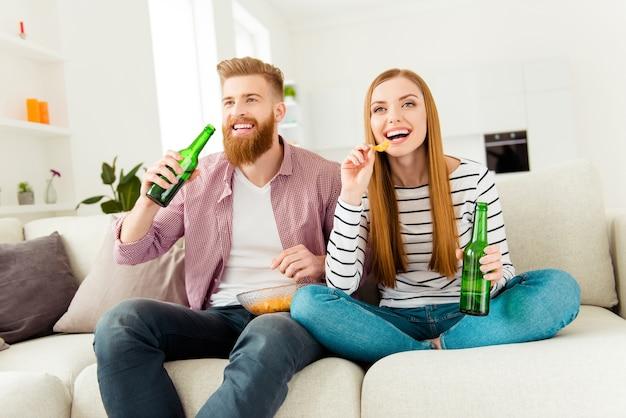 Para razem oglądanie telewizji i piwo w domu