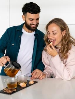 Para razem parzenia herbaty w domu