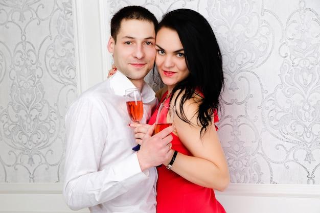Para razem przy lampce wina