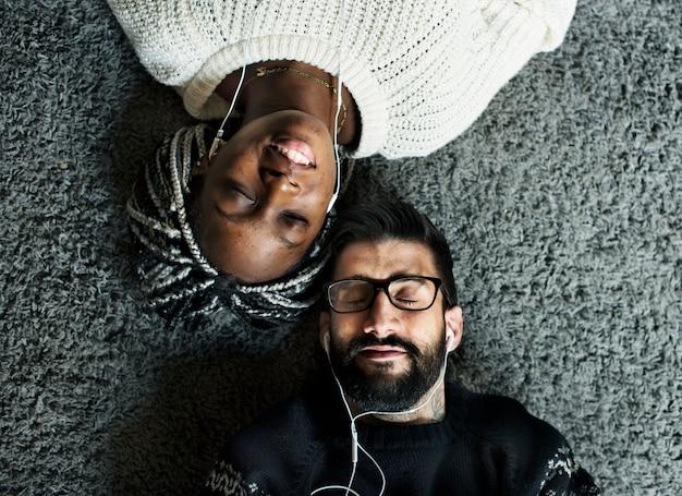 Para razem słuchająca muzyki