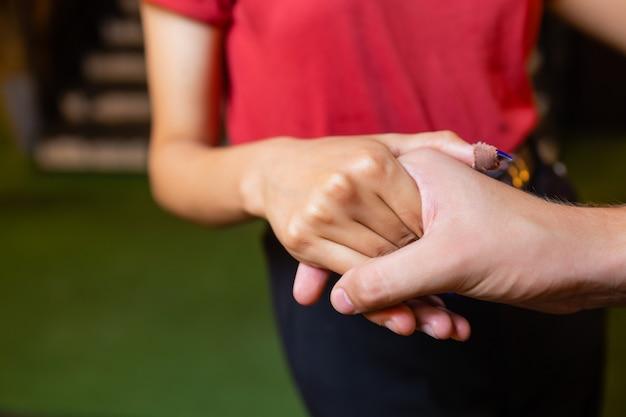 Para Ręce Zamknięte Razem Na Zewnątrz Handinhand Para Miłość Na Tle Natury Premium Zdjęcia