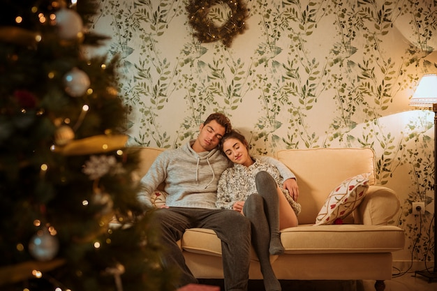 Para relaksująca na kanapie