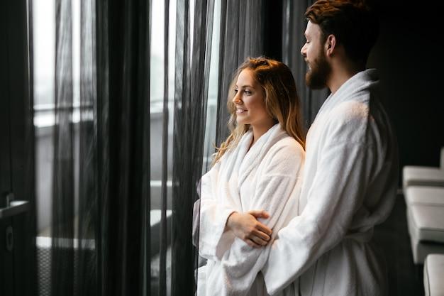 Para relaksująca się w szlafroku podczas weekendu wellness