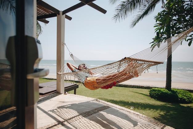 Para relaksująca w hamaku przy plaży