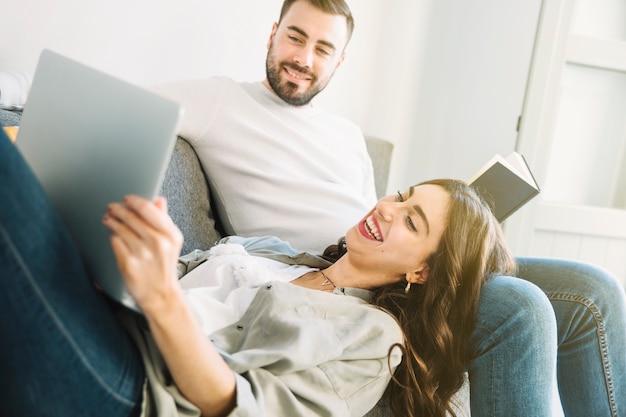 Para relaksująca z laptopem i książką