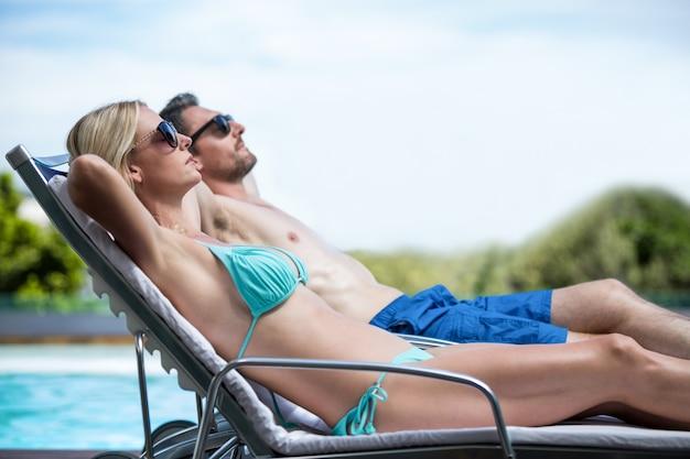 Para relaksujący na leżaku