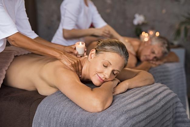 Para relaksujący z masażem woskiem świecy
