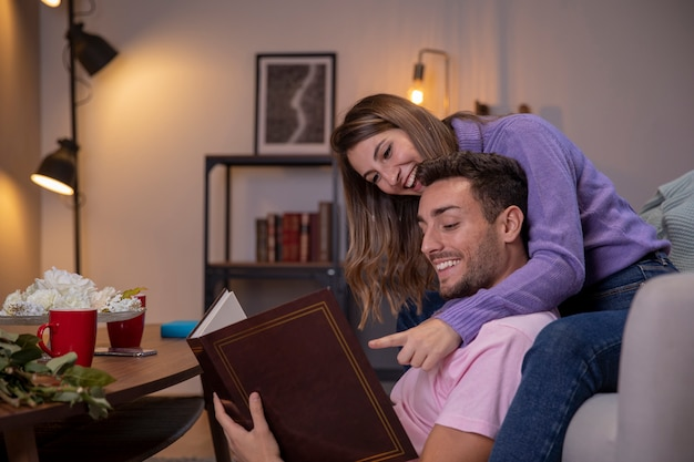 Para relaksuje w domu w żywym pokoju