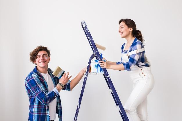 Para robi remont w nowym mieszkaniu