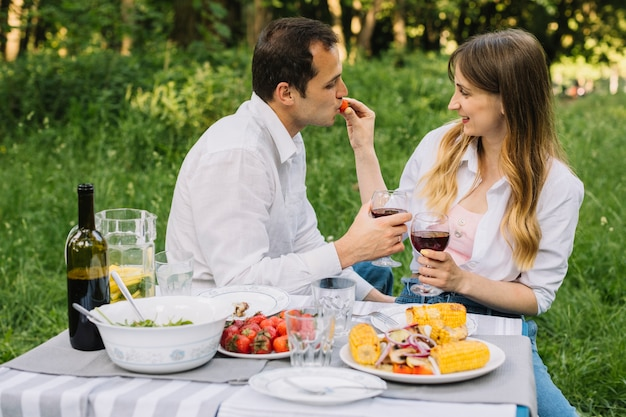 Para robi romantyczny piknik w przyrodzie