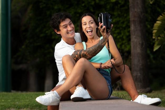 Para robi selfie podczas podróży latem