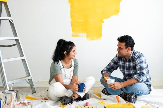 Para robi sobie przerwę od malowania ścian