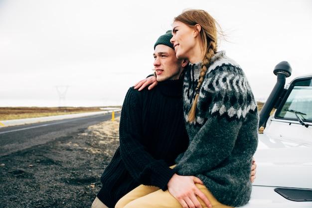 Para robi wakacje wanderlust, zwiedzając islandię swoim jeepem 4x4