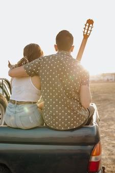 Para robi wakacje wędrówki na zachód słońca