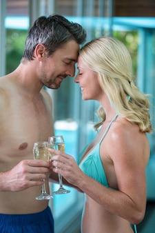 Para romansuje przy basenie