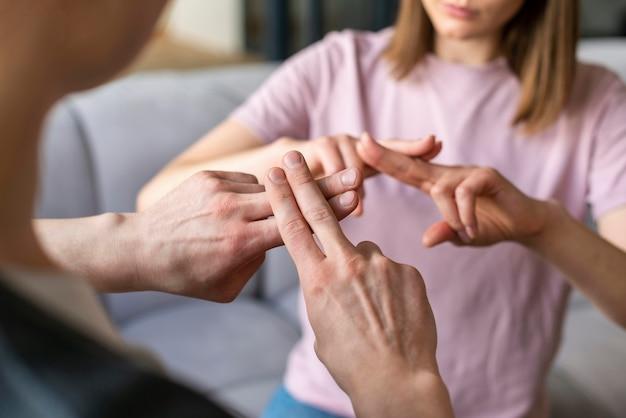 Para rozmawia za pomocą języka migowego