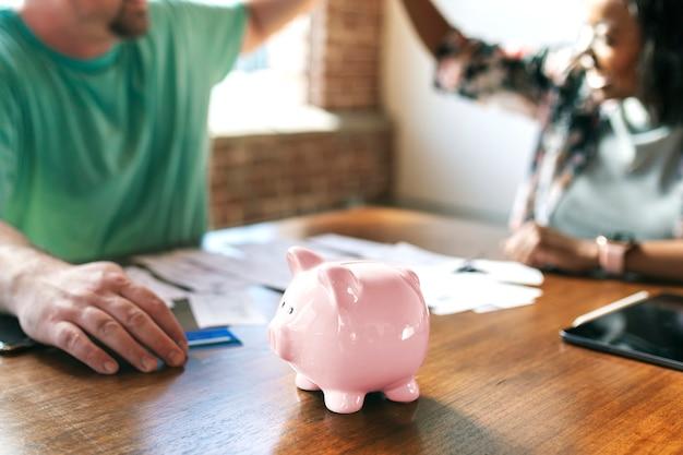 Para rozmawiająca o swoich problemach finansowych