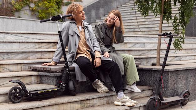 Para rozmawiająca obok skuterów elektrycznych