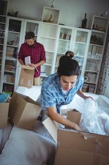 Para rozpakować pudełka kartonowe razem