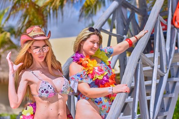 Para seksownych blondynek pozuje do strzelania na plaży