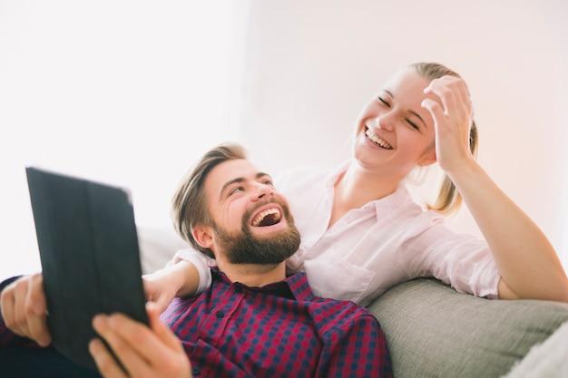 Para się śmiać podczas korzystania z tabletu