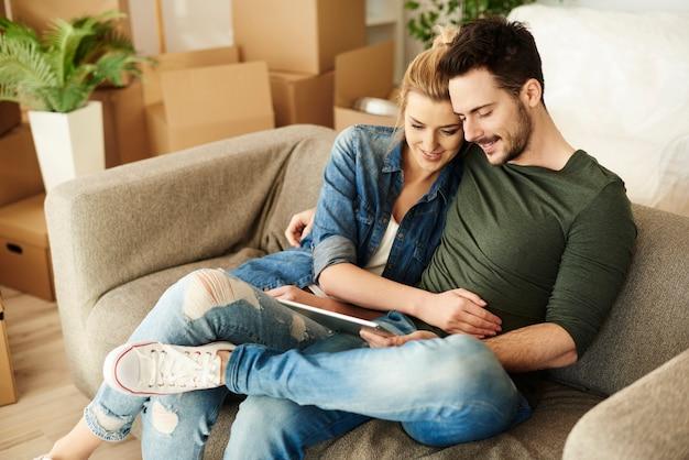 Para siedząca na kanapie w nowym miejscu