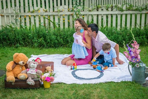 Para siedząca z dziećmi