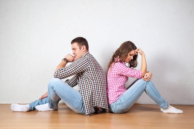 Para siedząca z odwróconymi plecami po kłótni