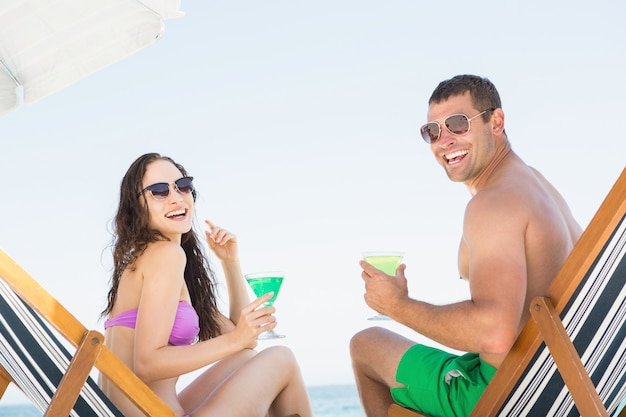 Para siedzi i pije koktajle