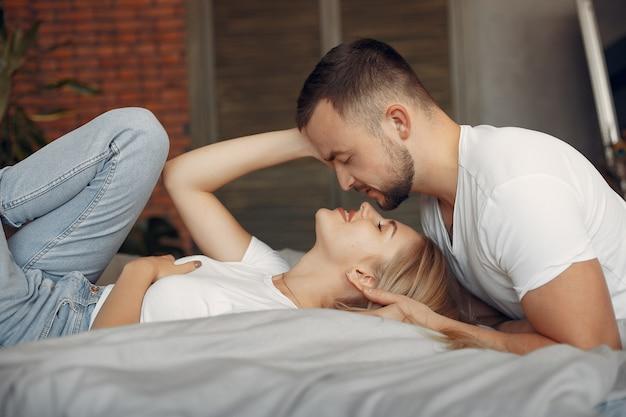 Para siedzi na łóżku w pokoju