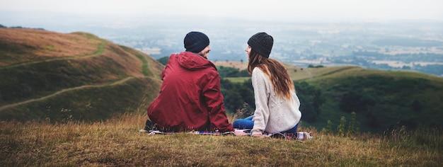 Para siedzi na wzgórzu