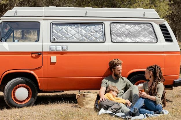 Para siedzi przy samochodzie