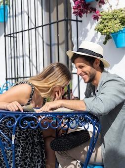 Para siedzi przy stole średnie ujęcie