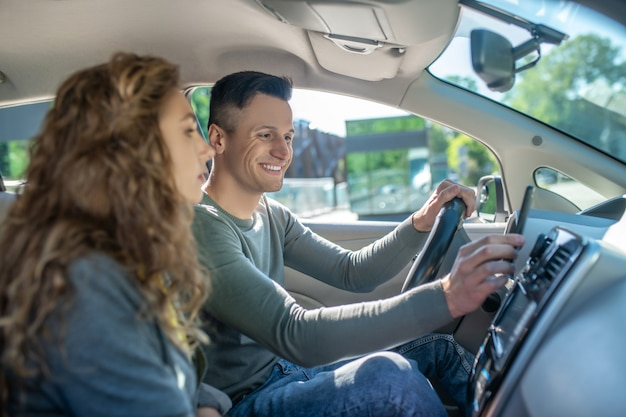 Para siedzi w samochodzie gotowy do jazdy próbnej