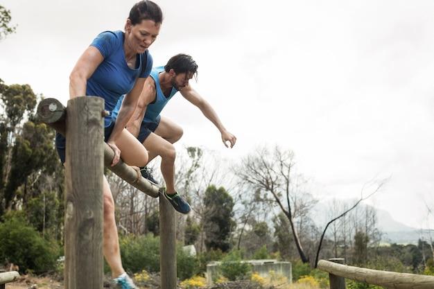 Para skacząca przez płotki podczas toru przeszkód