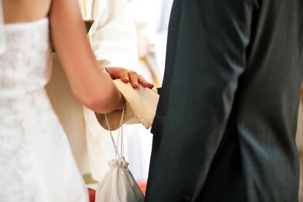 Para ślub otrzymujących błogosławieństwo od księdza